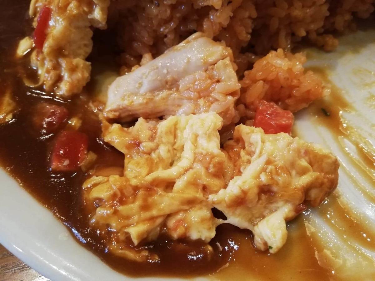 立川『トスカーナ』のオムカツの、お皿に乗っている卵の写真