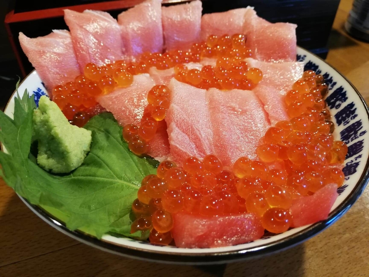立川『モンロー』の天然本まぐろ中とろマシマシいくらマシマシ海鮮丼のアップ写真
