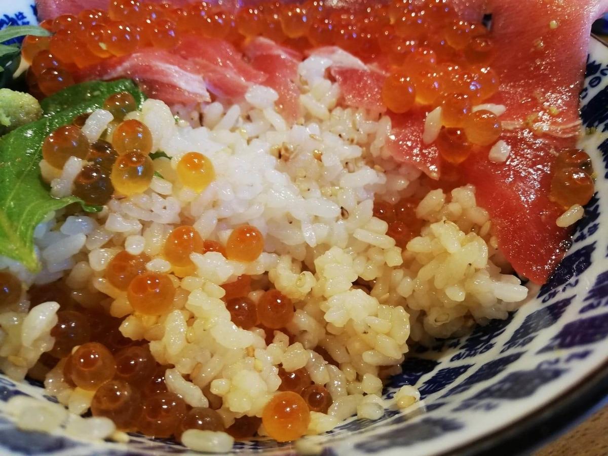立川『モンロー』の天然本まぐろ中とろマシマシいくらマシマシ海鮮丼の、ライスのアップ写真