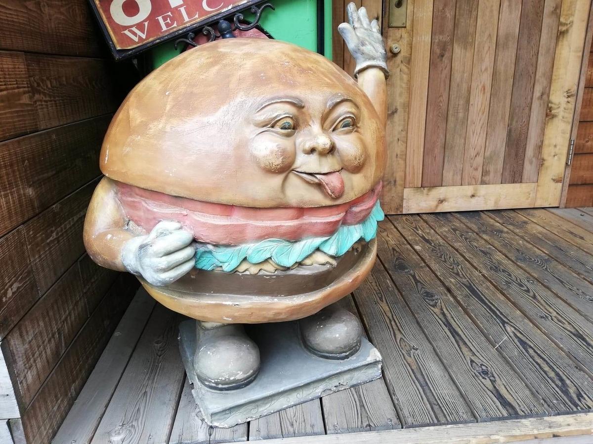 立川『オールドニューダイナー』の店頭にあるキャラクターの置物の写真