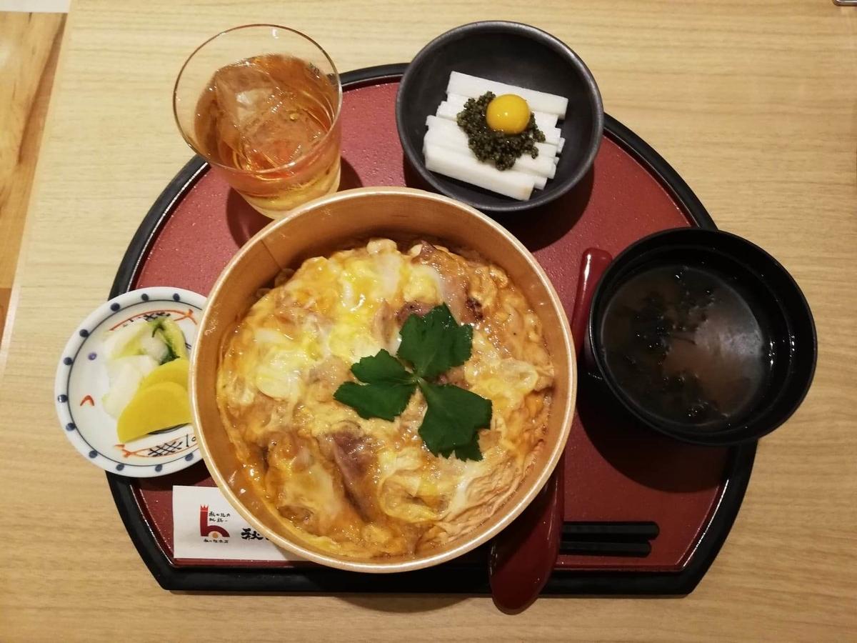 秋田駅『秋田比内地鶏や』の、比内地鶏の究極親子丼セットの写真
