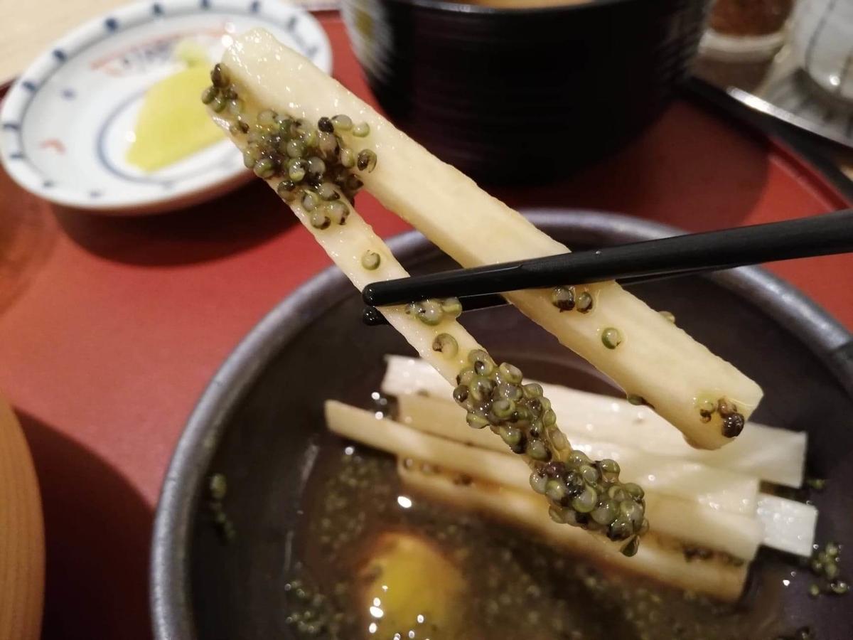 秋田駅『秋田比内地鶏や』の、長芋とんぶりを箸で掴んでいる写真