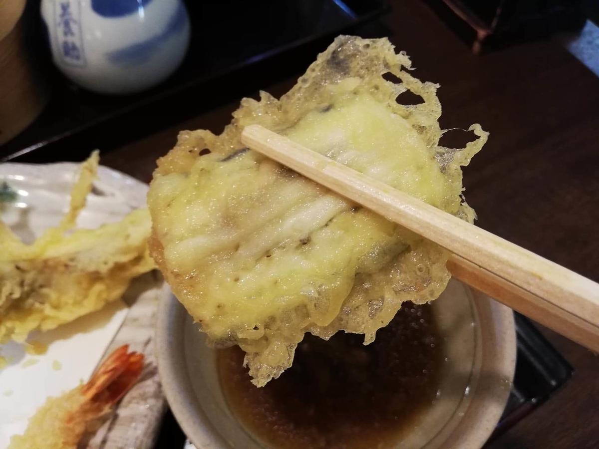 稲庭うどん『佐藤養助』秋田店の、ナスの天ぷらの写真