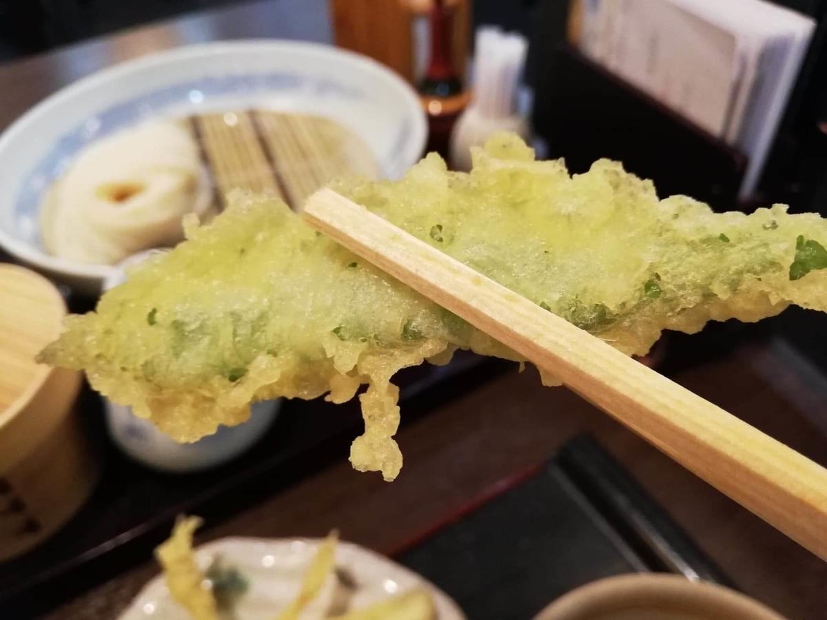 稲庭うどん『佐藤養助』秋田店の、インゲンの天ぷらの写真