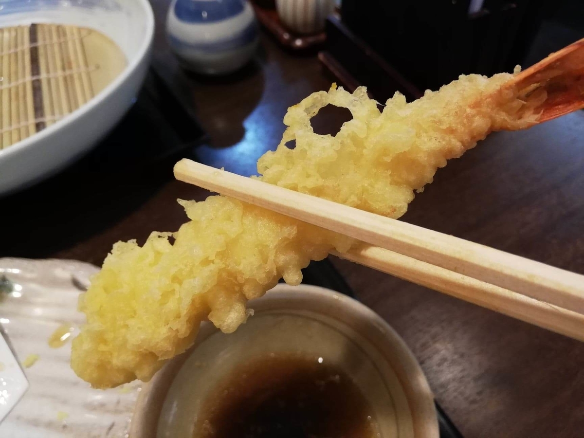 稲庭うどん『佐藤養助』秋田店の、エビの天ぷらの写真