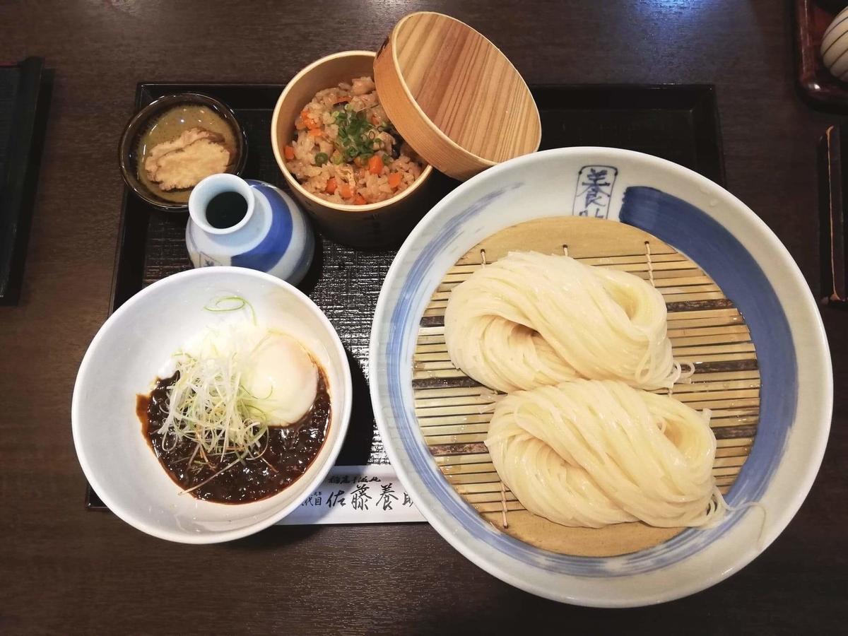 稲庭うどん『佐藤養助』秋田店の、温玉肉味噌つけうどんセットの写真