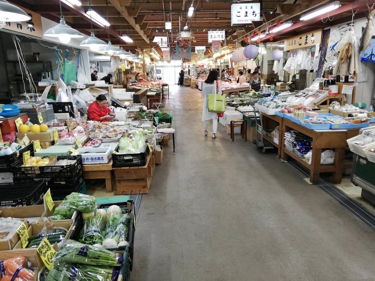 秋田市民市場の場内写真①