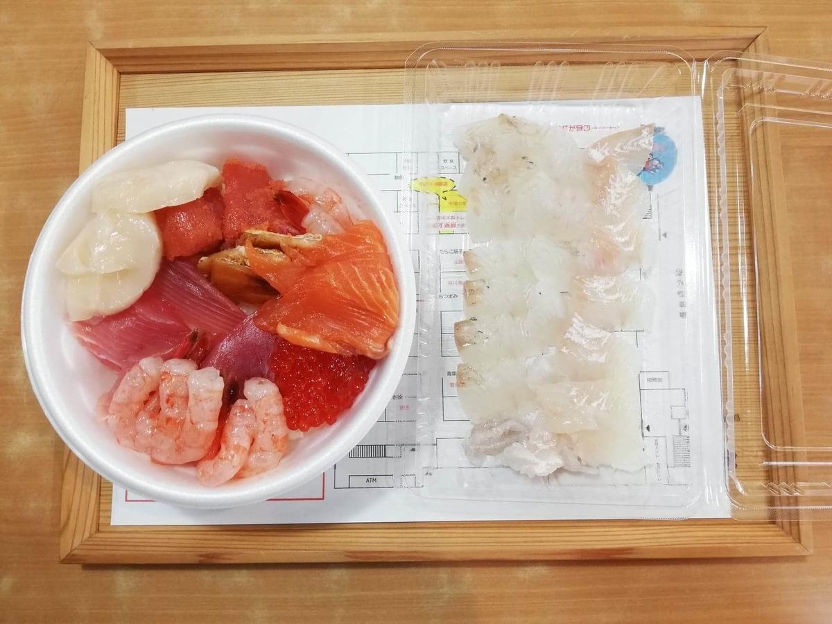 秋田市民市場の、のっけ丼とヒラメの刺身の写真