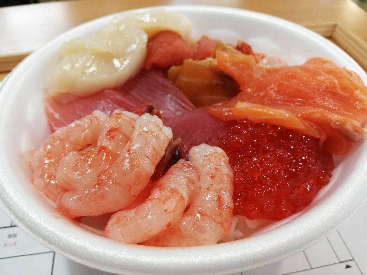 秋田市民市場の、のっけ丼のアップ写真①