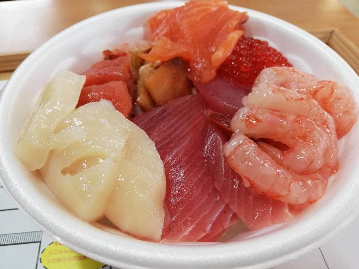秋田市民市場の、のっけ丼のアップ写真③