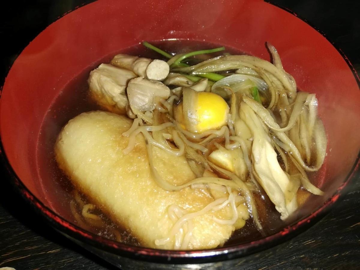 『秋田きりたんぽ屋大町分店』のきりたんぽを、お皿に盛った写真