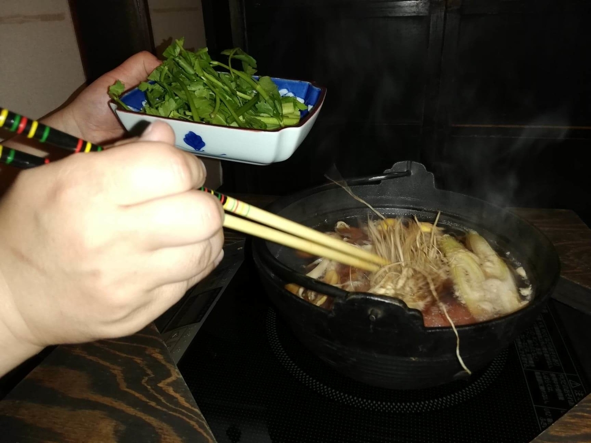 『秋田きりたんぽ屋大町分店』のきりたんぽ鍋を作っている写真