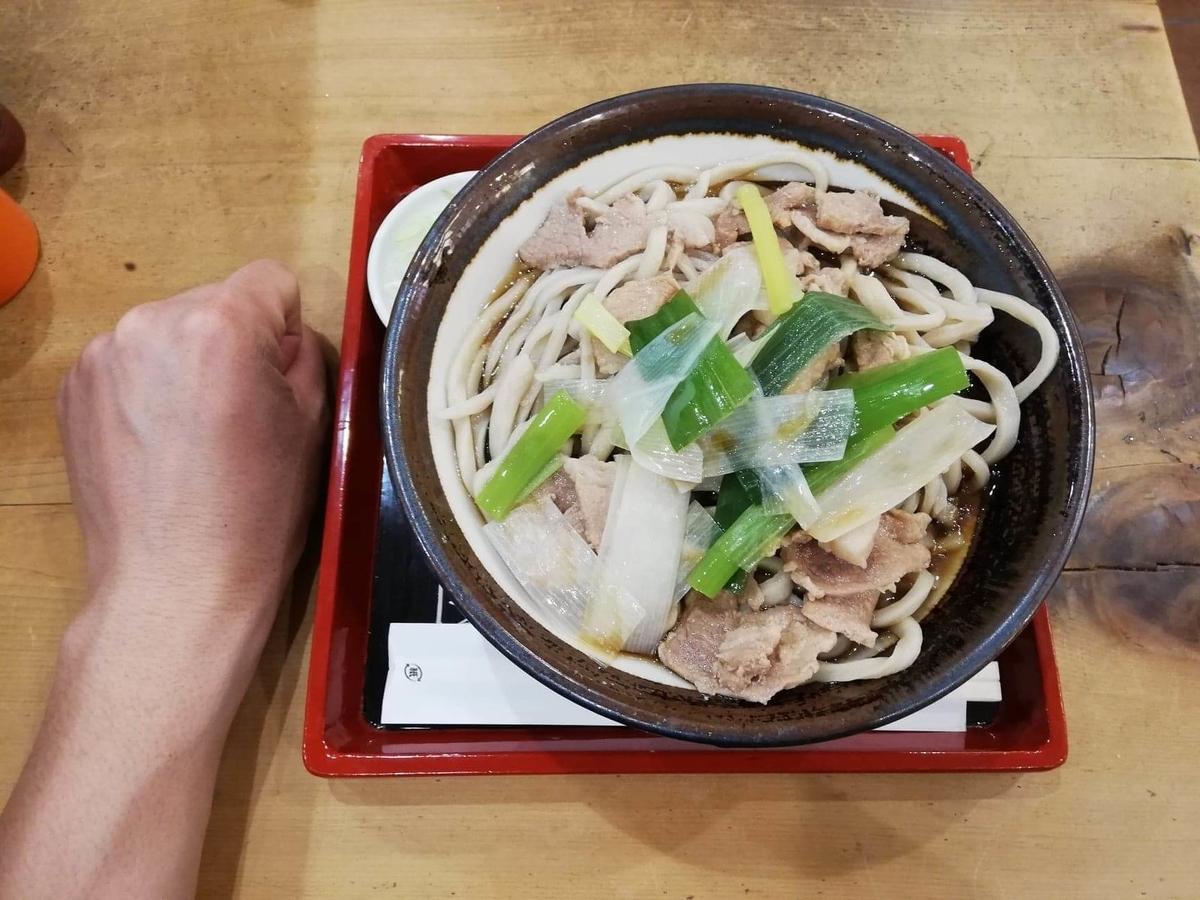 『浅草角萬』の冷やし肉南蛮と拳のサイズ比較写真