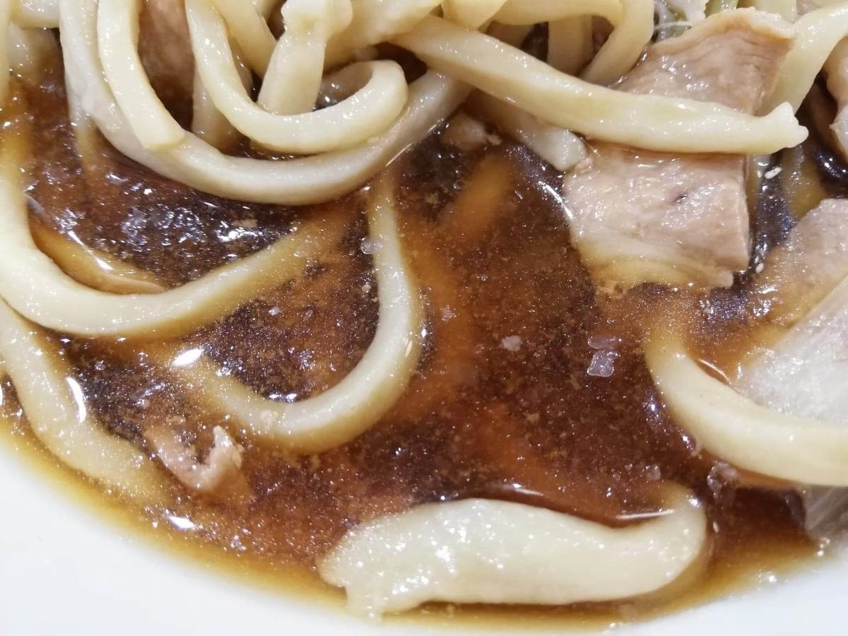 『浅草角萬』の、冷やし肉南蛮のスープのアップ写真