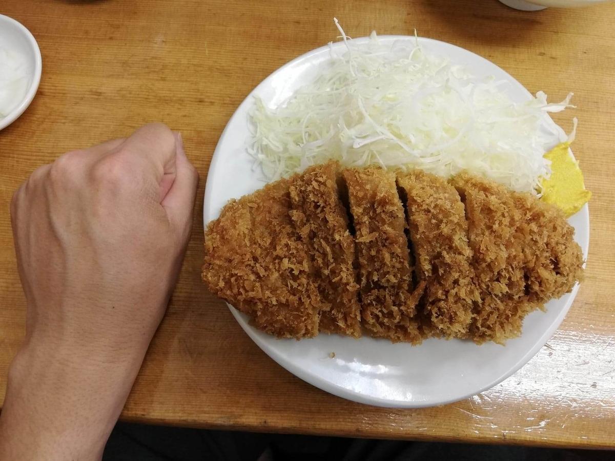 高田馬場『とんかついちよし』のロースかつと拳のサイズ比較写真