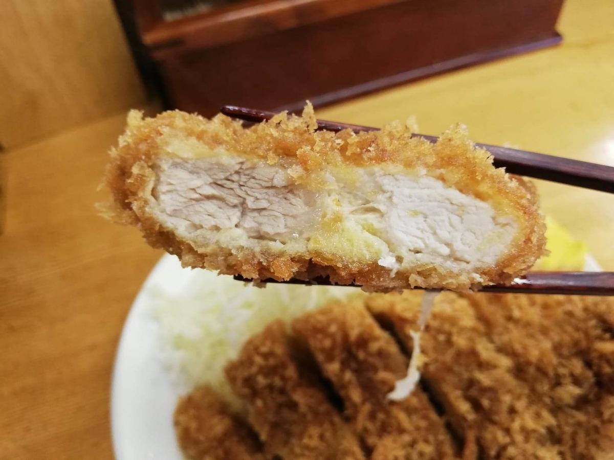 高田馬場『とんかついちよし』のロースかつを、箸で掴んでいる写真
