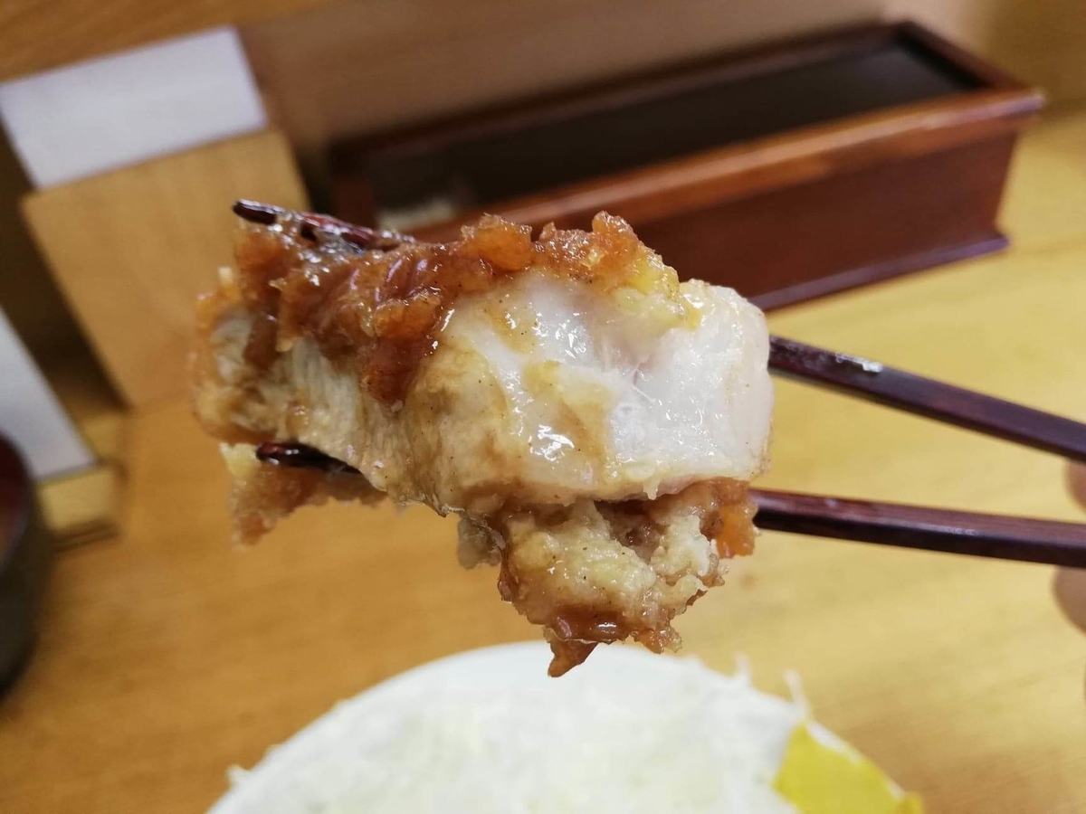 高田馬場『とんかついちよし』のロースかつの脂身の写真