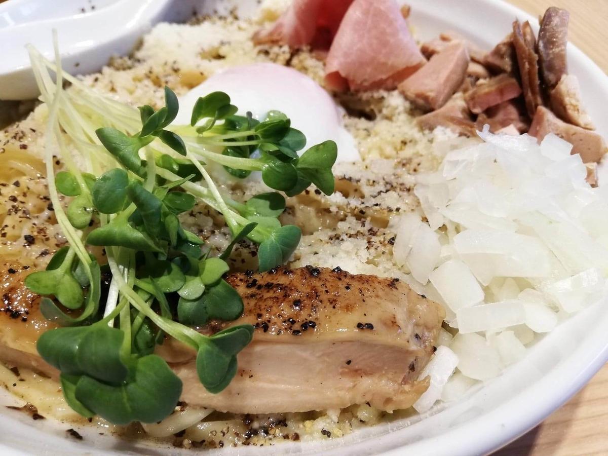秋津(新秋津)『麺場二寅』の、鶏ボナーラの具材のアップ写真①