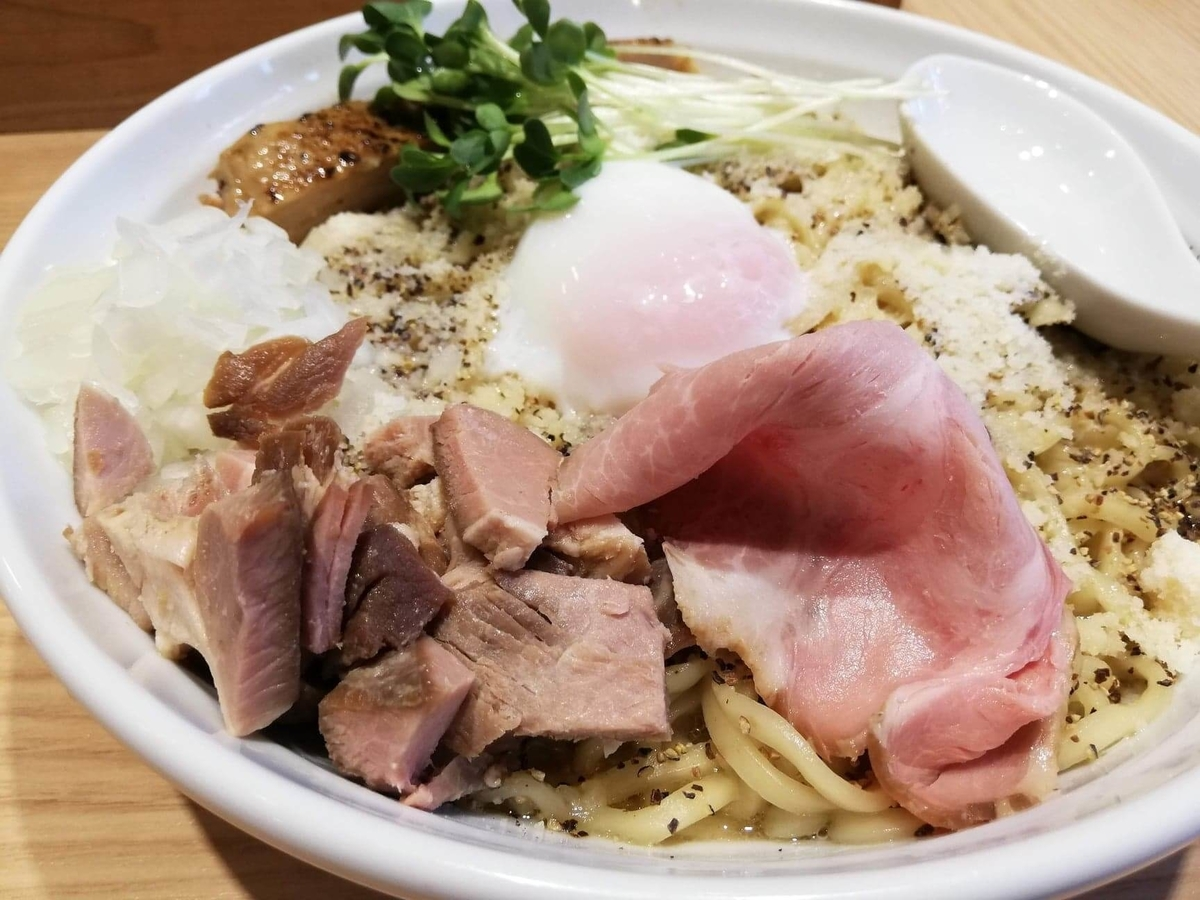 秋津(新秋津)『麺場二寅』の、鶏ボナーラの具材のアップ写真②