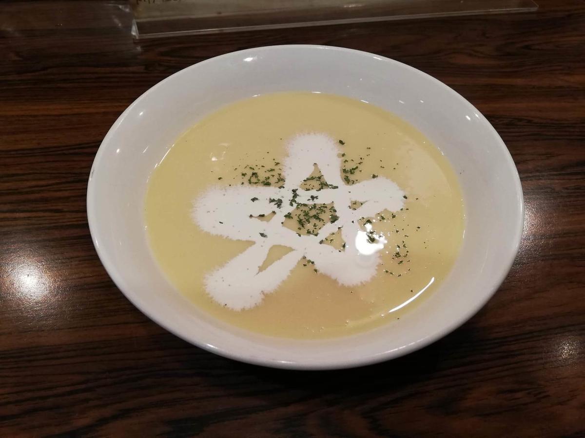 池袋『キッチンチェック』の冷製スープヴィシソワーズの写真