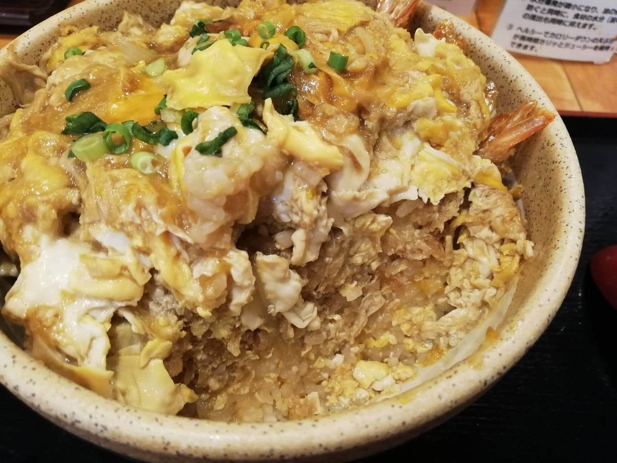 大宮『杉本の店』の海老フライ丼の断面写真