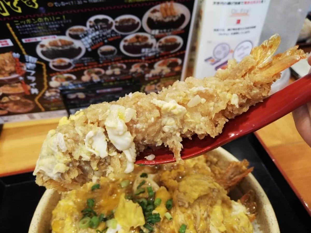大宮『杉本の店』の海老フライをレンゲで持ち上げている写真