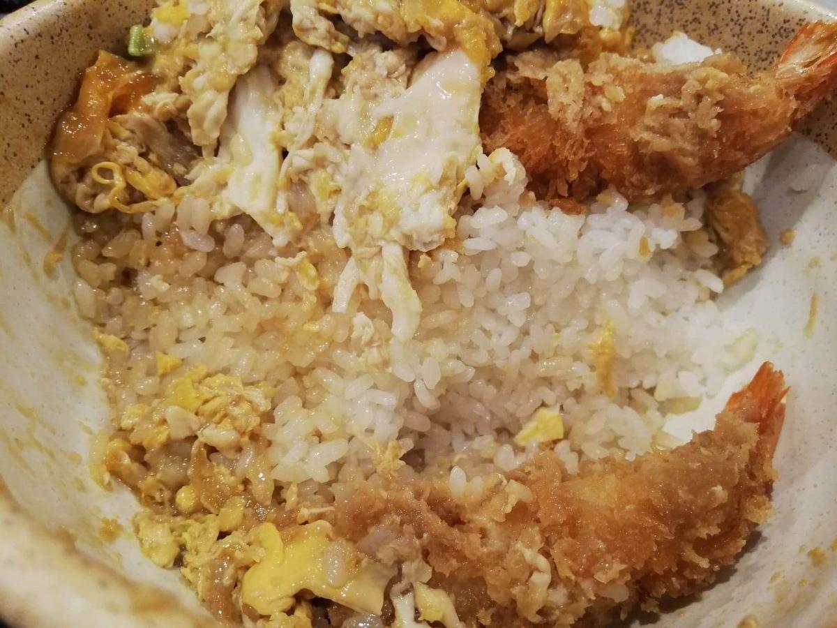 大宮『杉本の店』の海老フライ丼の白米のアップ写真