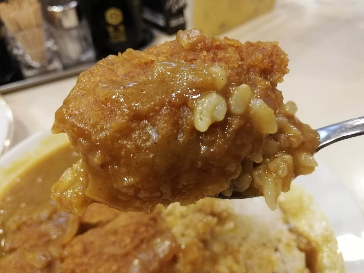 香川県高松市『洋食おなじみ』のチキンカツをスプーンですくっている写真①