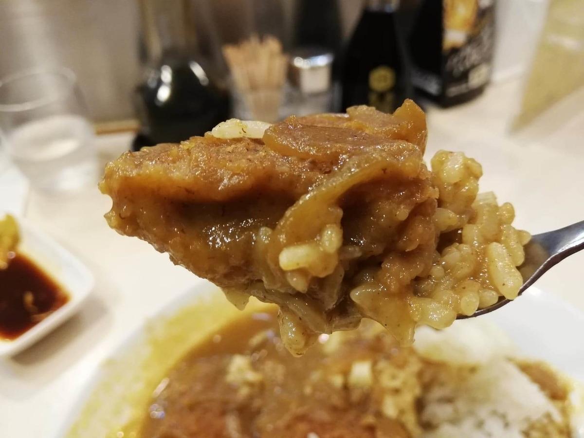 香川県高松市『洋食おなじみ』のチキンカツカレーをスプーンですくっている写真