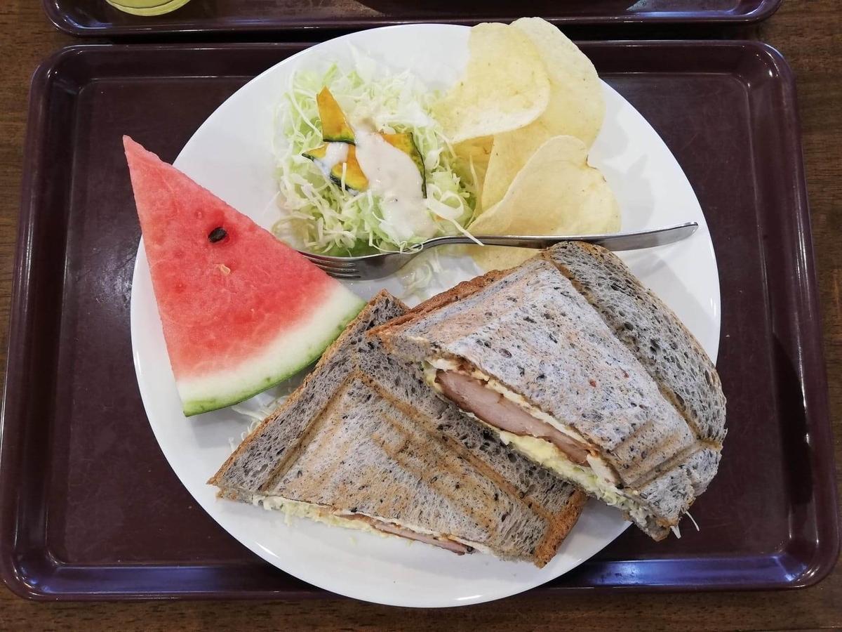 香川県高松市『三びきの子ぶた』の、テリヤキチキンチーズサンドウィッチの写真