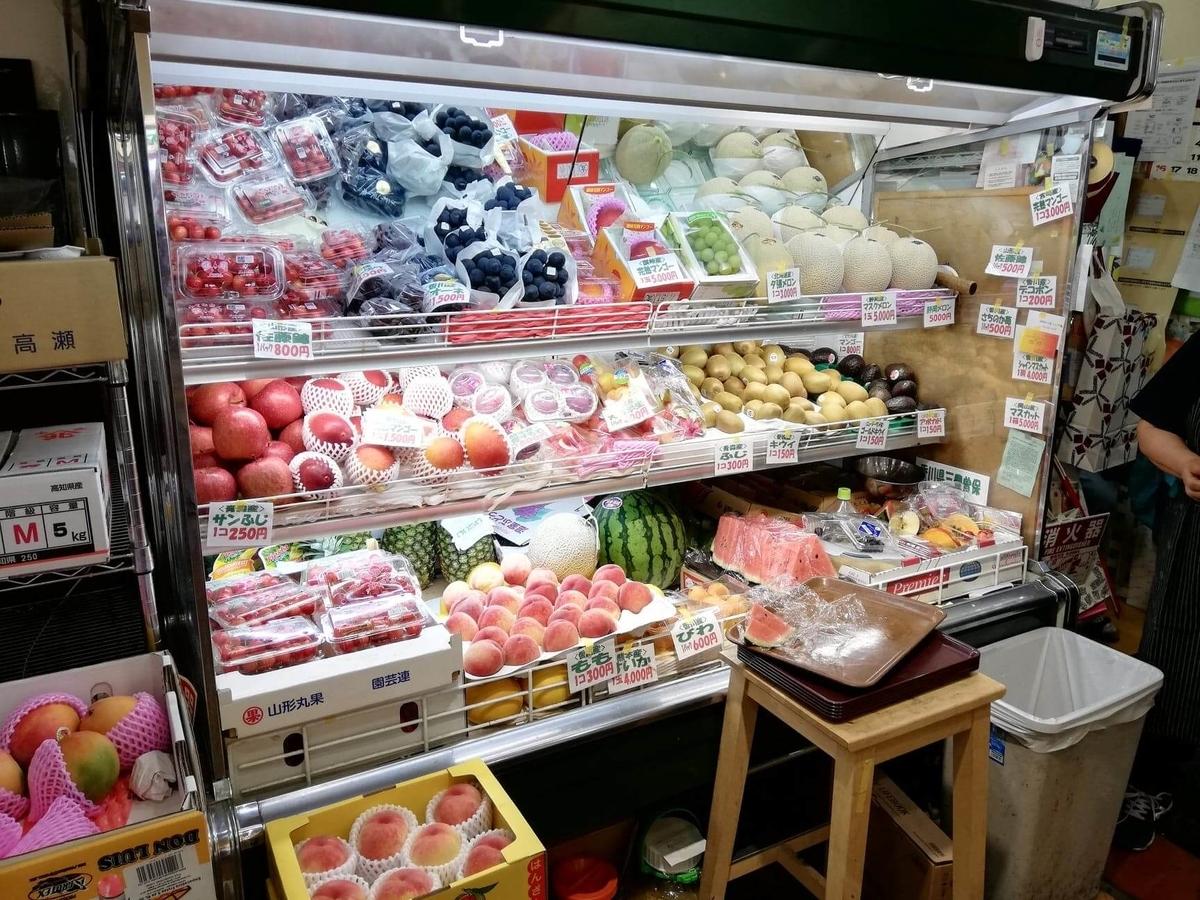 香川県高松市『三びきの子ぶた』の店内にあるフルーツ棚の写真