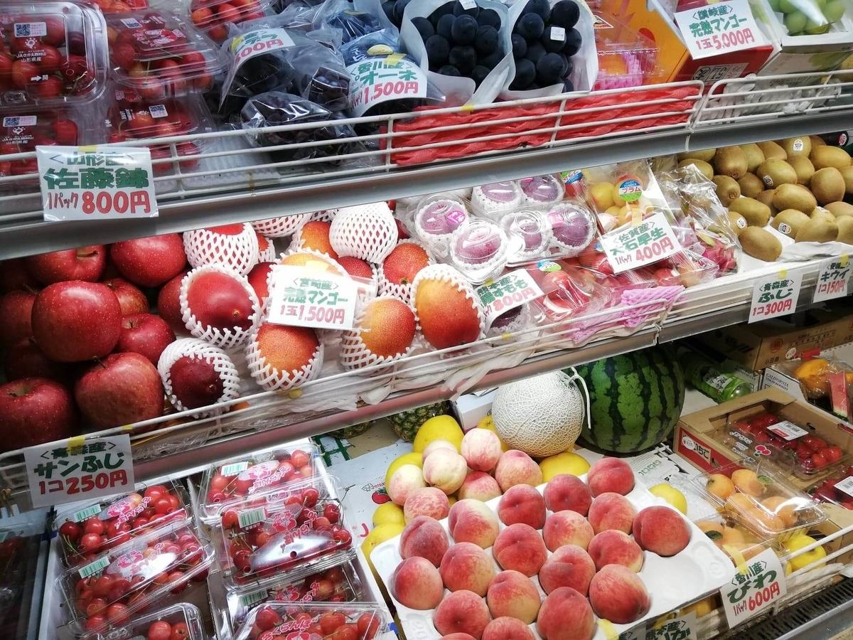 香川県高松市『三びきの子ぶた』の店内にあるフルーツ棚のアップ写真①