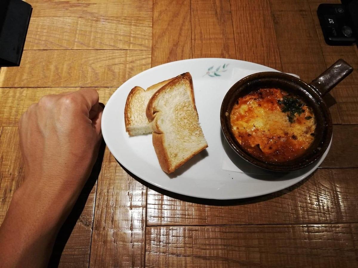 大宮『ドトール珈琲農園』の、3種チーズのあつあつたまごグラタンと拳のサイズ比較写真