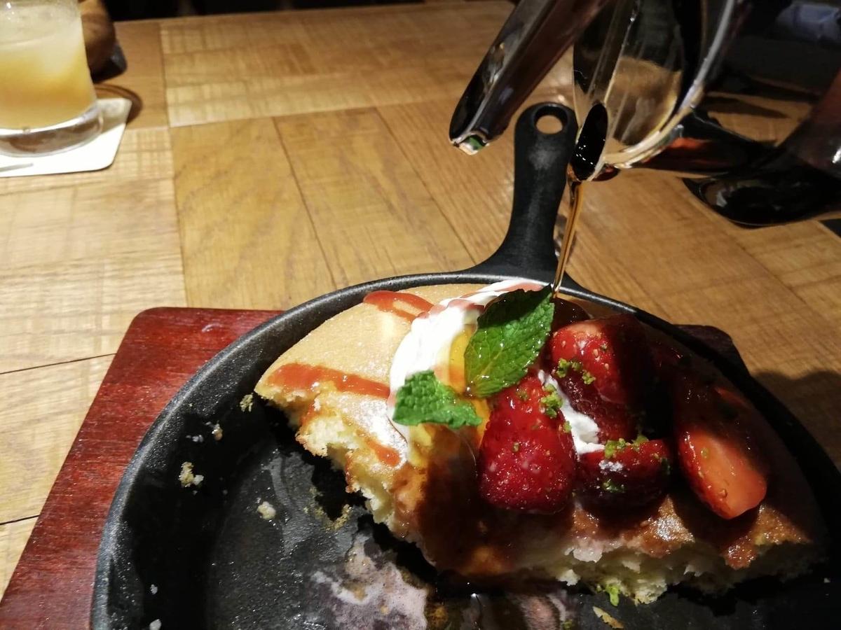 大宮『ドトール珈琲農園』のストロベリーパンケーキにシロップをかけている写真①