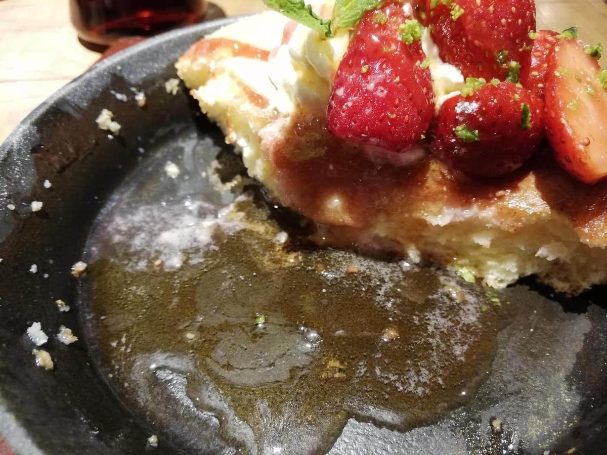 大宮『ドトール珈琲農園』のストロベリーパンケーキにシロップをかけている写真②