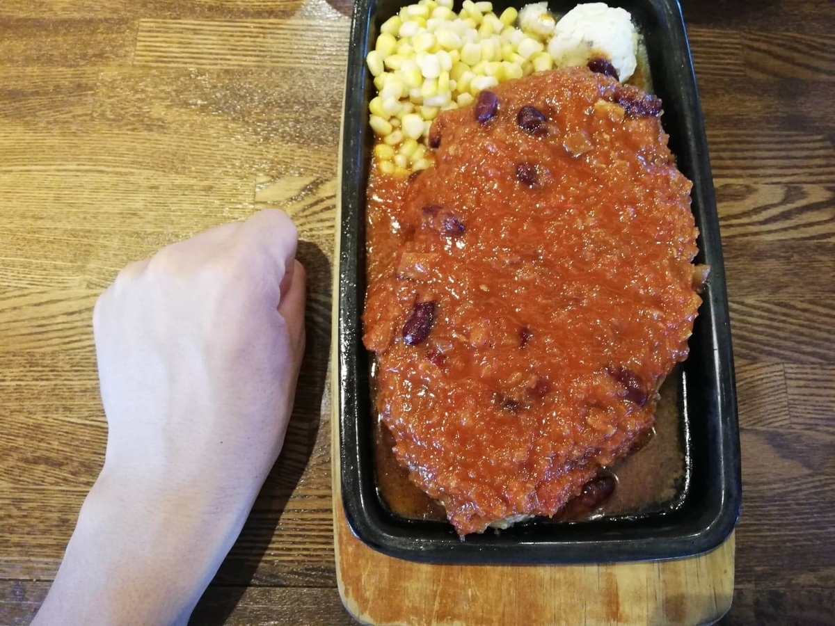 浦和『オープンキッチン然(Open Kitchen 然)』のハンバーグと拳のサイズ比較写真