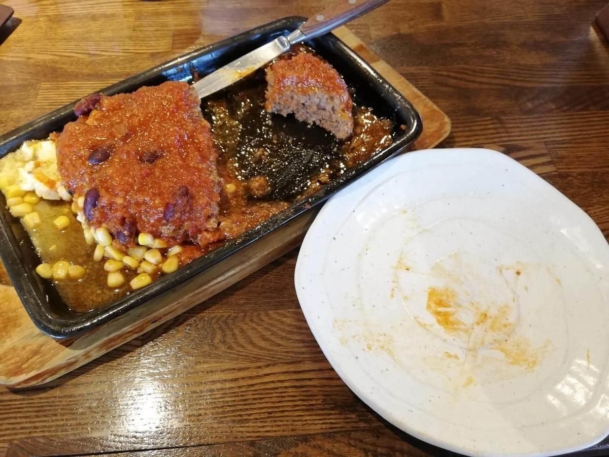 浦和『オープンキッチン然(Open Kitchen 然)』の、残り半分のハンバーグの写真