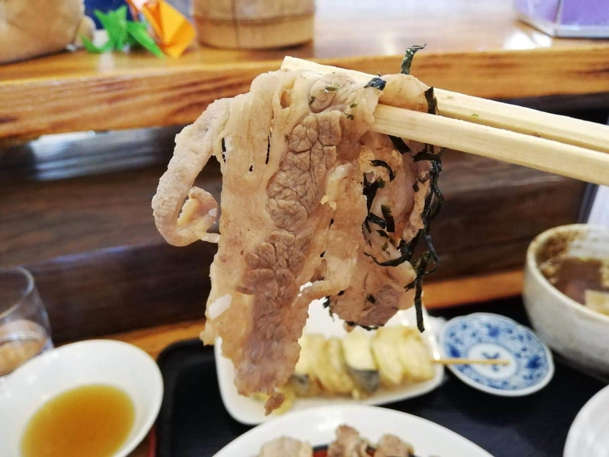 大宮(さいたま新都心)『駕籠休み(かごやすみ)』のカルビを箸で持ち上げている写真