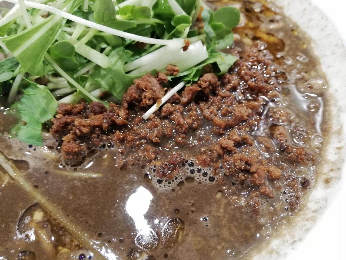 北浦和『四川担々麺(担担麺)阿吽』の黒胡麻担担麺のひき肉のアップ写真