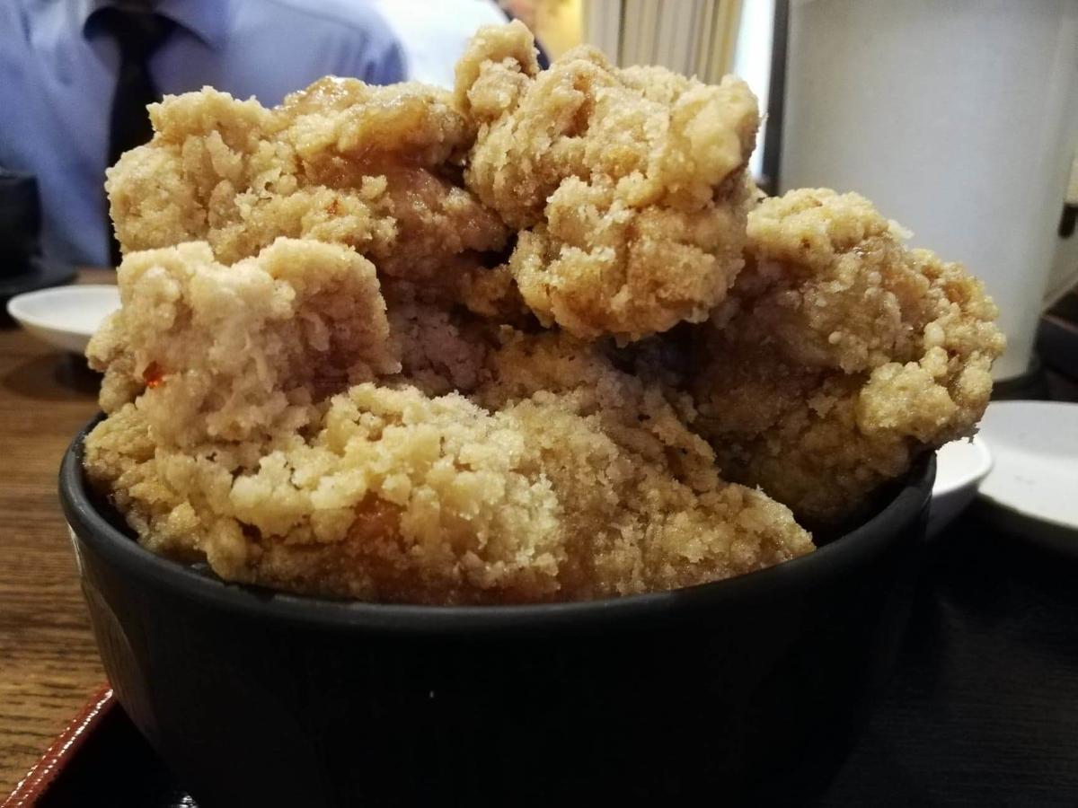 立川『ひなたかなた』のデカ盛り唐揚げ丼のアップ写真