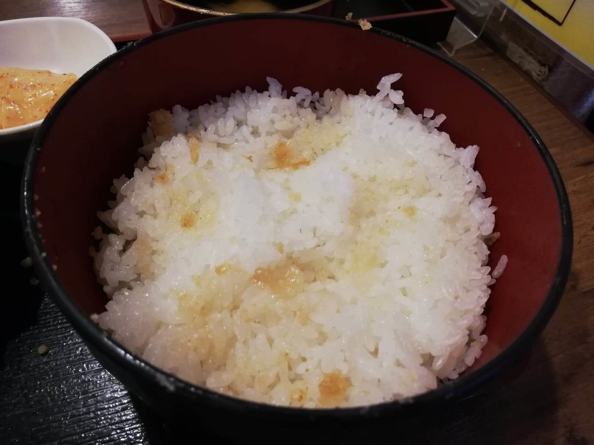 立川『ひなたかなた』のデカ盛り唐揚げ丼のライスの写真
