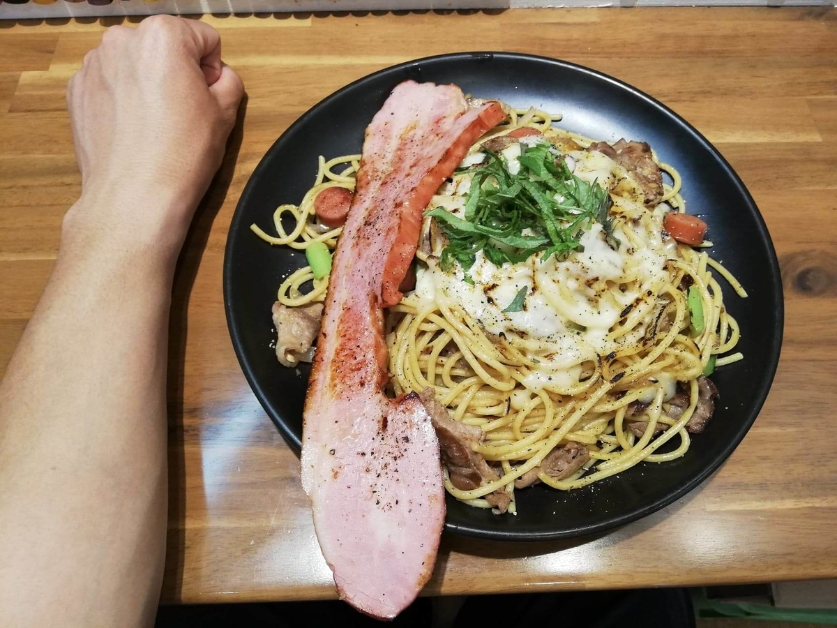 立川『スパゲッティPiaPia(ピアピア)』の、豚にんにくスパゲッティと拳のサイズ比較写真