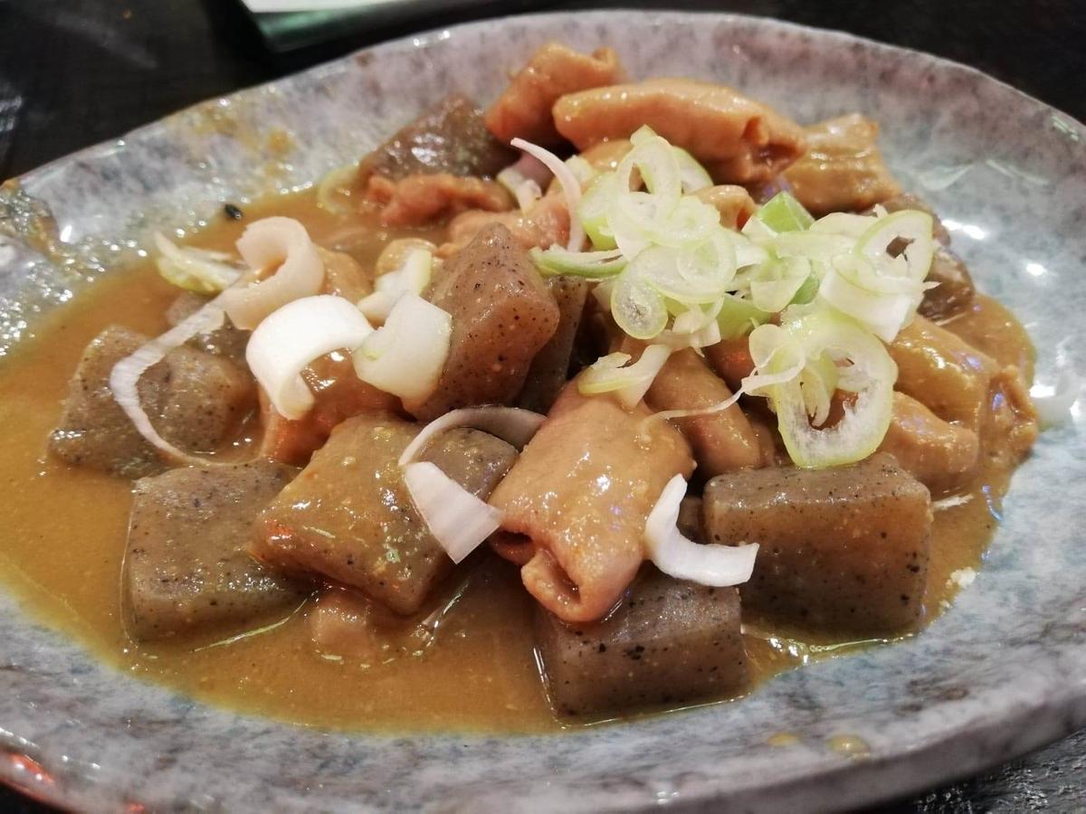 長野県松本市『松本つなぐ横丁』内の『やきとり番長』のモツ煮の写真