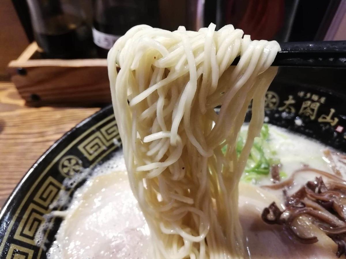 長野県松本市『松本つなぐ横丁』内の『博多鉄八』の博多豚骨ラーメンの麺の写真