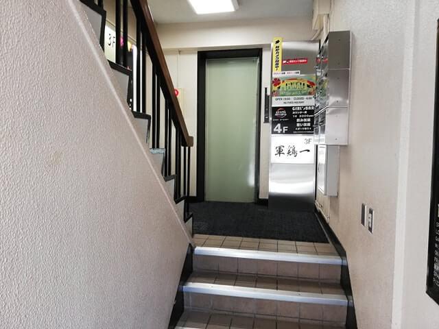 池袋『軍鶏一』への階段写真