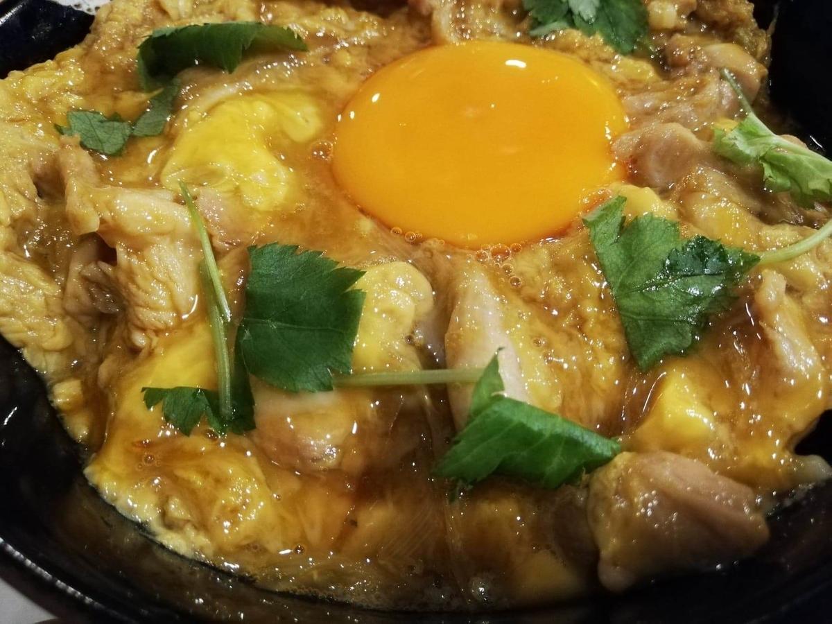 池袋『軍鶏一』の親子丼のアップ写真
