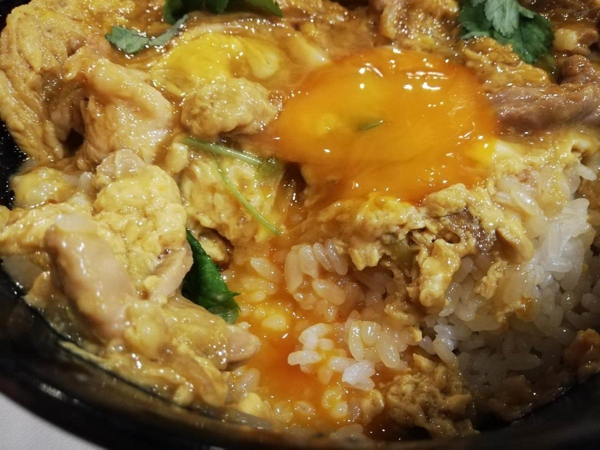 池袋『軍鶏一』の親子丼の黄身をつぶした写真