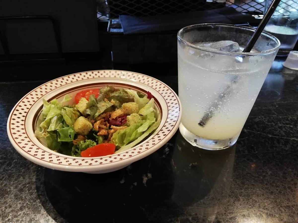 表参道『いしがまや GOKU BURGER(ゴクバーガー)』のサラダとドリンクの写真
