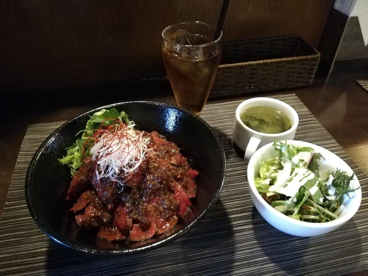 浦和『carnegico(カルネジコ)』の赤身ステーキ丼セットの写真