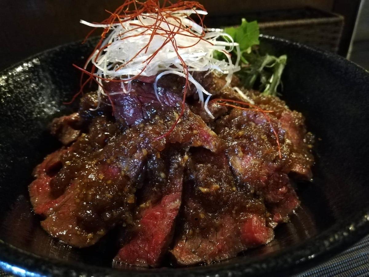 浦和『carnegico(カルネジコ)』の赤身ステーキ丼のアップ写真